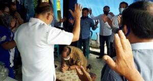 Walikota Maximiliaan Jonas Lomban saat didoakan oleh para Tokoh Agama di Lembeh, Senin (27/07/2020)
