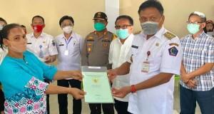Gubernur Olly Dondokambey SE saat menyerahkan Sertipikat Tanah untuk warga eks transmigran di Bitung, Rabu (08/07/2020)