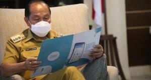Walikota Max Lomban saat melihat brosur Sekolah Online beraplikasi 'Ruangguru', Senin (13/07/2020)