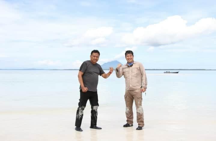 Gubernur Olly Dondokambey SE dan Wakil Gubernur Sulut Drs Steven OE Kandouw saat berada di Pasir Timbul Mantehage, Minut