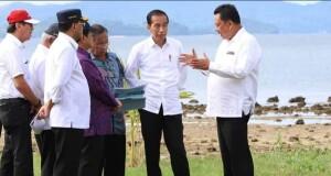 Gubernur Olly Dondokambey SE saat menjelaskan kepada Presiden RI Joko Widodo dan rombongan rencana pengembangan wilayah KEK Pariwisata Likupang