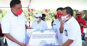 Gubernur Olly Dondokambey SE menyerahkan bantuan Asuransi bagi Petani dan Peternak di Kabupaten Minahasa Selatan, Rabu (19/08/2020)