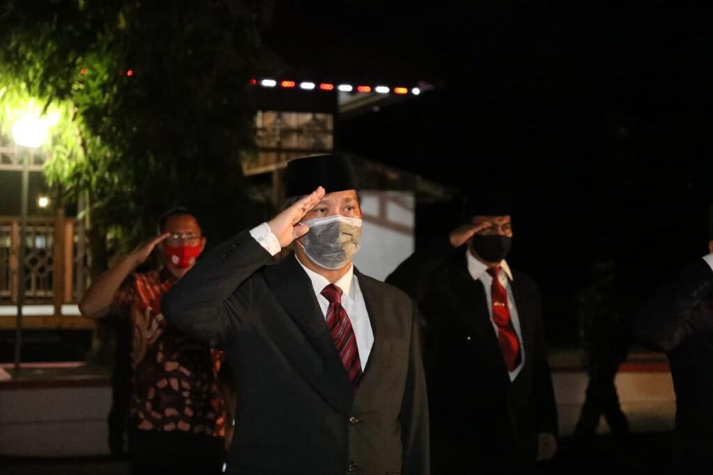 Wakil Gubernur Sulut Drs Steven OE Kandouw saat mengikuti Apel Kehormatan dan Renungan Suci di TMP Kairagi Manado, Minggu (16/08/2020)