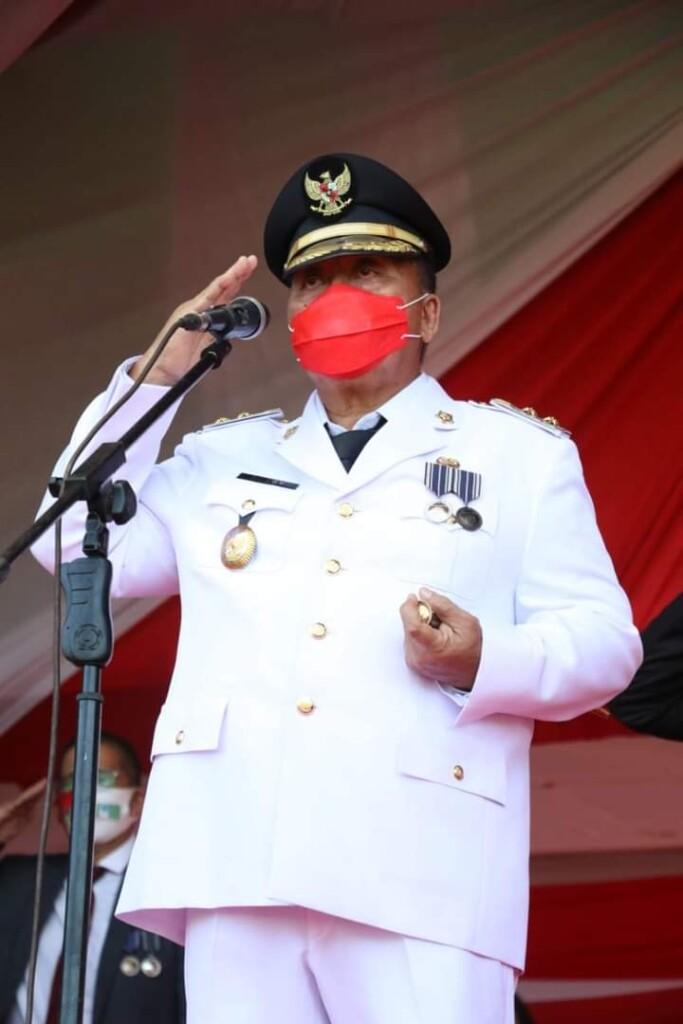 Wakil Bupati Dr Robby Dondokambey Ssi saat bertindak sebagai Inspektur Upacara pada penurunan Bendera Merah Putih sore hari