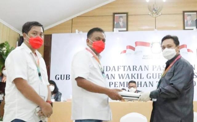 Paslon Olly-Steven menyerahkan dokumen administrasi pencalonan kepada Komisioner KPU Sulut yang diterima Ardiles Mewoh di Kantor KPU Sulut