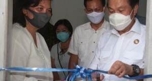 Walikota MJL saat meresmikan Panti Jompo dan Panti Asuhan Yayasan Kasih Kota Bitung didampingi pendiri yayasan, Pdt Grace Katuuk STh, Jumat (18/09/2020)