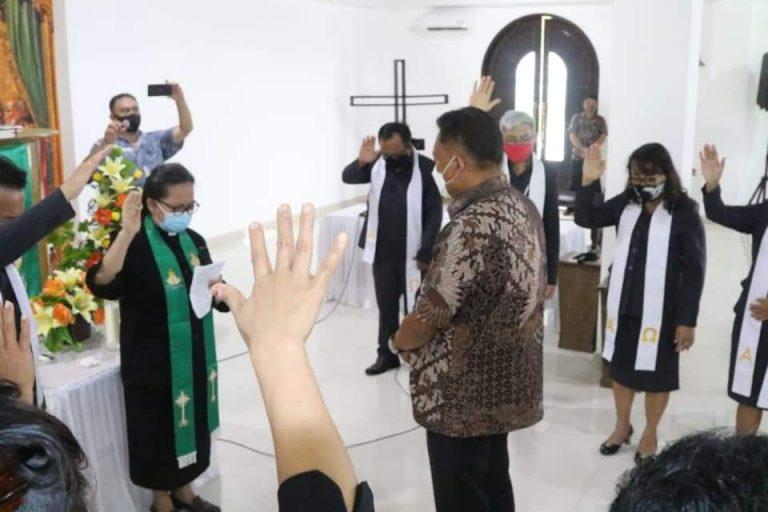 Gubernur Olly Dondokambey SE saat didoakan Pendeta dan Pelsus,  Minggu (13/09/2020)