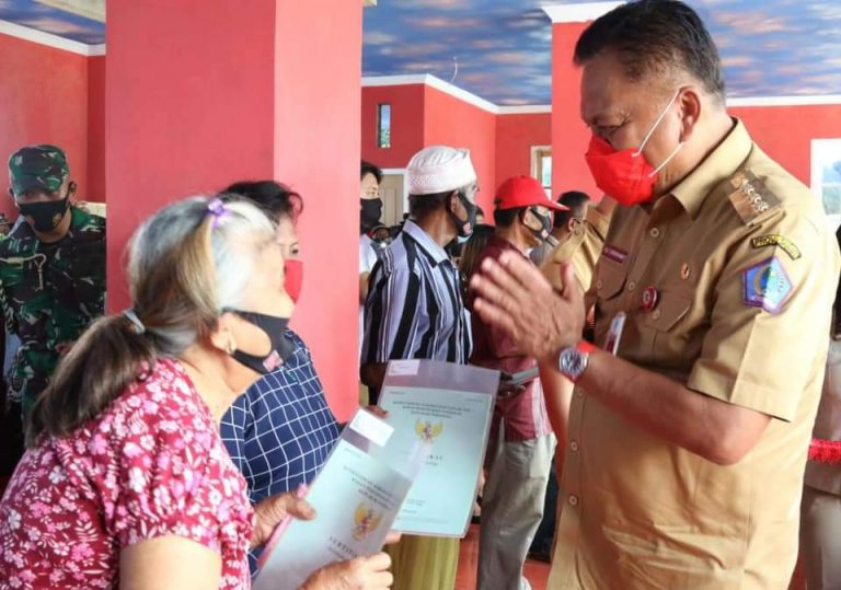 Gubernur Olly Dondokambey SE saat membagikan sertifikat tanah program PTSL di Desa Tambala Kecamatan Tombariri, Minahasa, Senin (14/09/2020)
