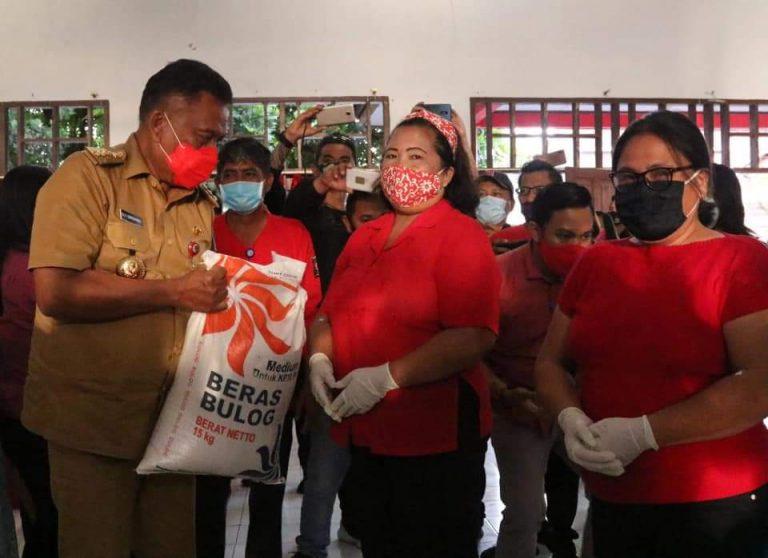 Gubernur Olly Dondokambey SE saat menyalurkan bantuan BSB di Kota Tomohon, Senin (14/09/2020)