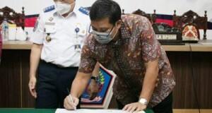 Wakil Gubernur Sulut Drs Steven OE Kandouw saat menandatangani dokumen kerjasama peningkatan SDM bidang Transportasi dengan BPSDM Kementerian Perhubungan RI, Kamis (03/09/2020)