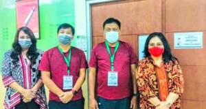 Ibu Rita dan Ibu Devi tetap setia menemani sang suami menjalani Tes Kesehatan Hari kedua di RSUP Prof Dr RD Kandou Manado, Selasa (08/09/2020)