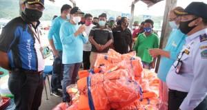 Walikota MJL saat menyerahkan bantuan Life Jacket pada Taksi Laut, Jumat (18/09/2020)