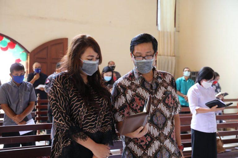 Wakil Gubernur Sulut Drs Steven OE Kandouw bersama sang istri, dr Kartika Devi Kandouw Tanos MARS saat beribadah, Minggu (20/09/2020)
