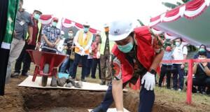 Wakil Gubernur Sulut Drs Steven OE Kandouw saat meletakan batu pertama pembangunan TPA Regional Mamitarang, Kamis (24/09/2020).
