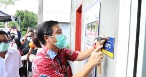 Wakil Gubernur Sulut Drs Steven OE Kandouw saat memasang Paneng pada rumah hasil program BSPS di Kota Bitung, Jumat (25/09/2020)