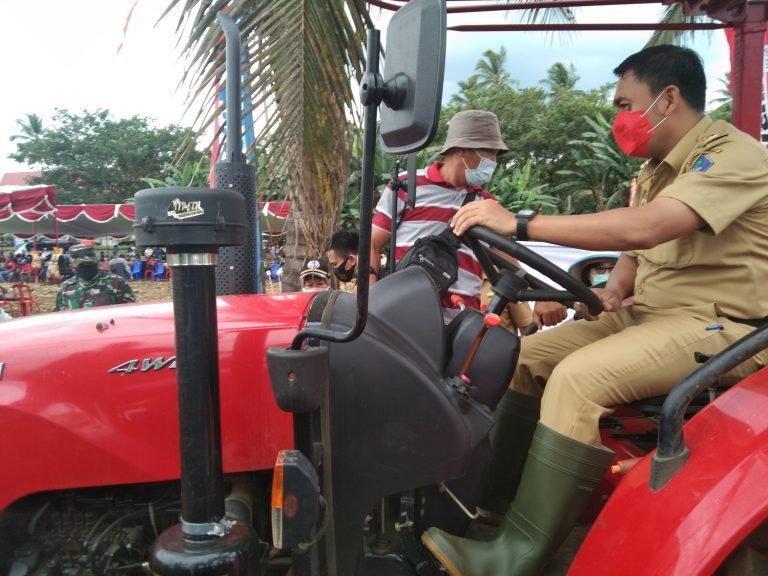 Pjs Bupati Clay saat melakukan uji coba alat mesin pertanian, tractor, Selasa (20/10/2020)