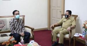 Pjs Gubernur Agus Fatoni saat berbincang dengan Kepala Bank Indonesia, Selasa (06/10/2020)