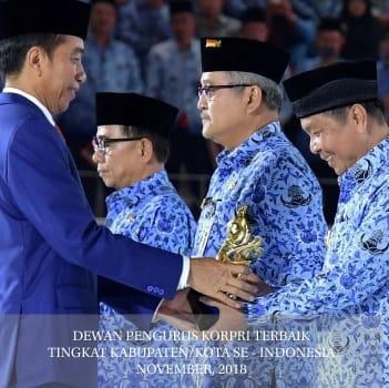 Presiden RI Joko Widodo menyerahkan penghargaan kepada Walikota Bitung Maxmilian Jonas Lomban