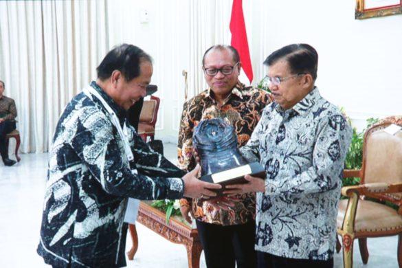 Wakil Presiden M Jusuf Kalla menyerahkan penghargaan kepada Walikota Bitung Maxmilian Jonas Lomban
