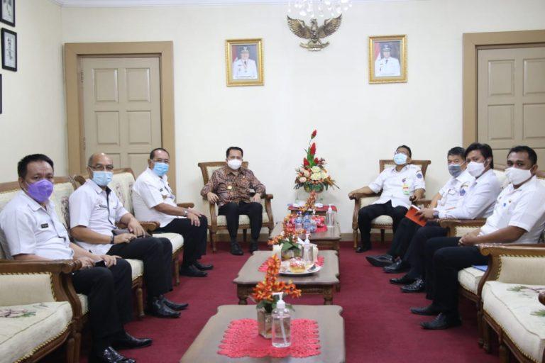 Pjs Gubernur Agus Fatoni saat menerima kunjungan Pjs Walikota Edison Humiang dan jajaran Pemkot Bitung, Rabu (14/10/2020)