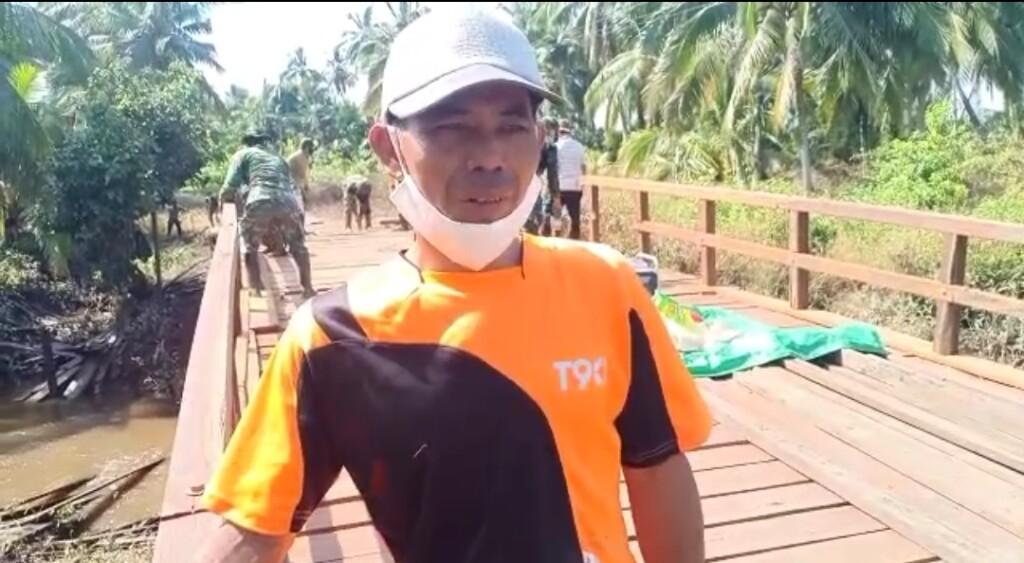 Kariansyah, warga Desa Babirah mengucapkan terima kasihnya kepada TNI atas pelaksanaan TMMD Reguler ke-109 di desanya.