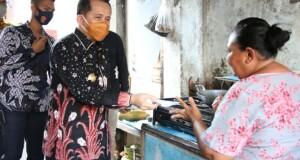 Pjs Gubernur Agus Fatoni saat membagikan Masker kepada warga, Jumat (23/10/2020)