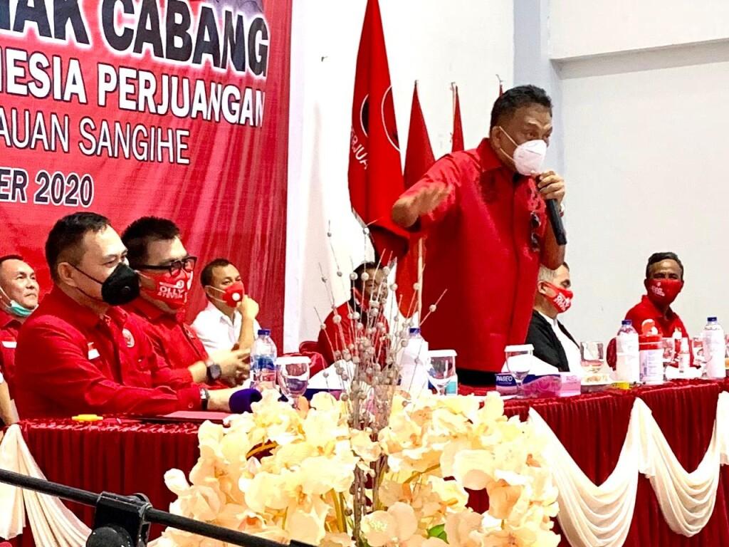 Calon Gubernur Petahana, Olly Dondokambey saat bertatap muka dengan kader PDIP Perjuangan Kabupaten Sangihe, Jumat (30/10/2020)