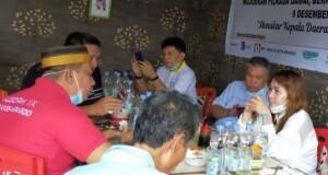 Calon Walikota Manado Sonya Silvia Kembuan (SSK) saat berbincang ringan dengan Ketua Relawan Paraikatte Arianto (kaos merah), Selasa (20/10/2020)