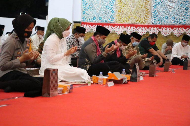 Penuh khusyuk, Pjs Gubernur Fatoni beribadah di peringatan Maulid Nabi Muhammad SAW di Kotamobagu, 29 Oktober 2020