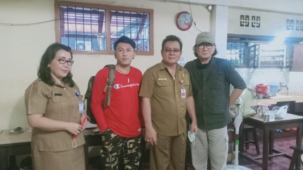 Kadis Kebudayaan, Jenry Sualang bersama Sutradara Nasional Eric Dayoh (kaos merah), Selasa (03/11/2020)