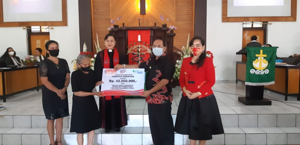 Pjs Walikota Bitung Drs. Edison Humiang MSi menyerah warisan jaminan sosial kepada penerima ahli waris almarhum Pnt. Elwis Musling