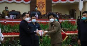 Ketua DPRD Sulut, Andi Silangen menyerahkan dokumen hasil pembahasan dan kesepakatan antara Pemprov Sulut dengan DPRD Sulut terkait APBD TA 2021, Selasa (24/11/2020)