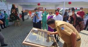 Gubernur Olly Dondokambey SE saat menandatangani Prasasti RSU Hermina Manado, Senin (07/12/2020)