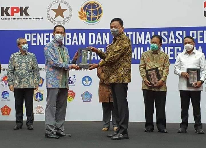 Ketua KPK RI Firli Bahuri menyerahkan Penghargaan kepada Gubernur Sulut Olly Dondokambey SE, Senin (14/12/2020)