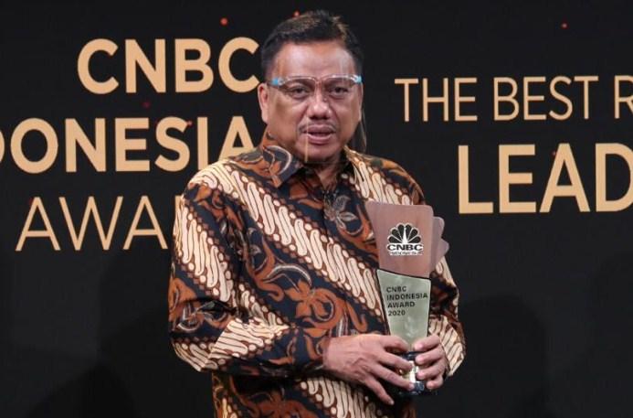 Gubernur Olly Dondokambey SE menerima Penghargaan penghargaan sebagai The Best Leader–The Innovative Leader in Agroindustry pada CNBC Indonesia Awards.