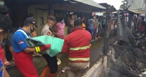 Korban meninggal dunia akibat kebakaran dievakuasi oleh petugas.