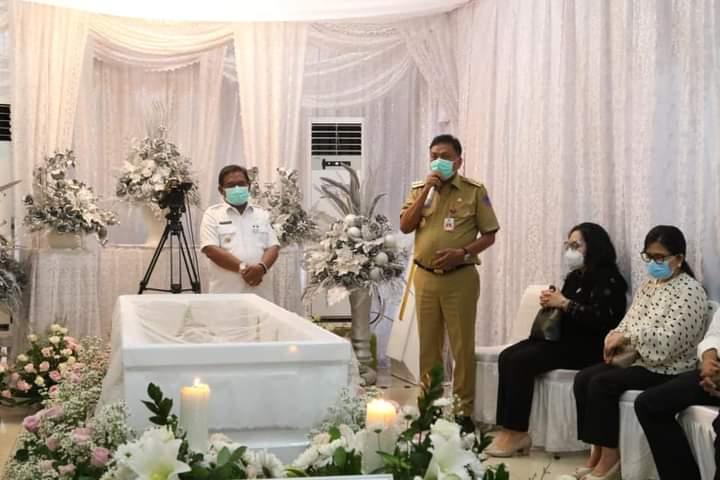 Gubernur Olly Dondokambey SE menyampaikan ungkapan dukacita mendalam saat melayat jenazah mantan Bupati Mitra Telly Tjanggulung, Rabu (06/01/2021)