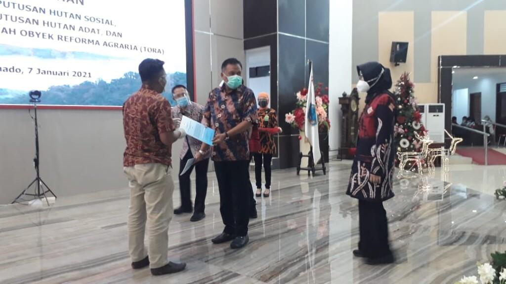 Gubernur Olly Dondokambey SE menyerahkan SK Perhutanan Sosial dan SK TORA secara sumbolis kepada perwakilan masyarakat Sulut, Kamis (07/01/2021)