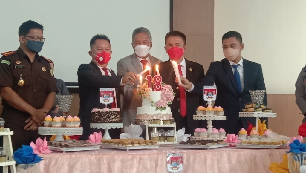 Pemasangan Lilin HUT ke-18 oleh Pimpinan DPRD, mewakili Gubernur, dan Wakil Bupati Minsel