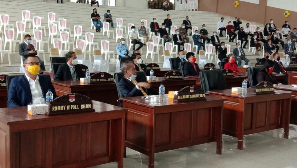 Para Anggota DPRD Kabupaten Minahasa Selatan yang hadir tetap menerapkan protokol kesehatan.