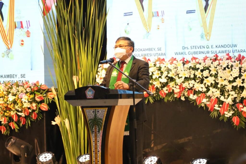 Ketua Sinode GMIM Pdt Hein Arina saat memimpin Ibadah Syukur.