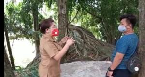 Plt Kadisbud Sulut, Patricia Mawitjere saat berbincang ringan di salah satu Situs/Cagar Budaya di Kota Bitung, Senin (22/02/2021).