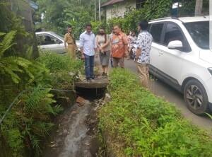 Aroma bau busuk akibat limbah yang diduga berasal dari PT. Royal Coconut di saluran air pemukiman warga.