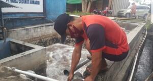 Sementara diperbaiki. Tampak karyawan PT. Royal Coconut saat melakukan perbaikan lokasi IPAL.