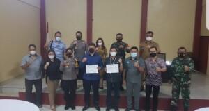 POSE: Foto bersama para pihak usai menandatangani surat kesepakatan bersama.