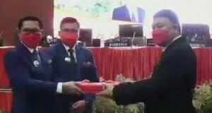 Pasangan JG-KWL saat serah terima jabatan dengan Plh. Bupati Jimmy Kuhu yang juga Sekdakab Minut.