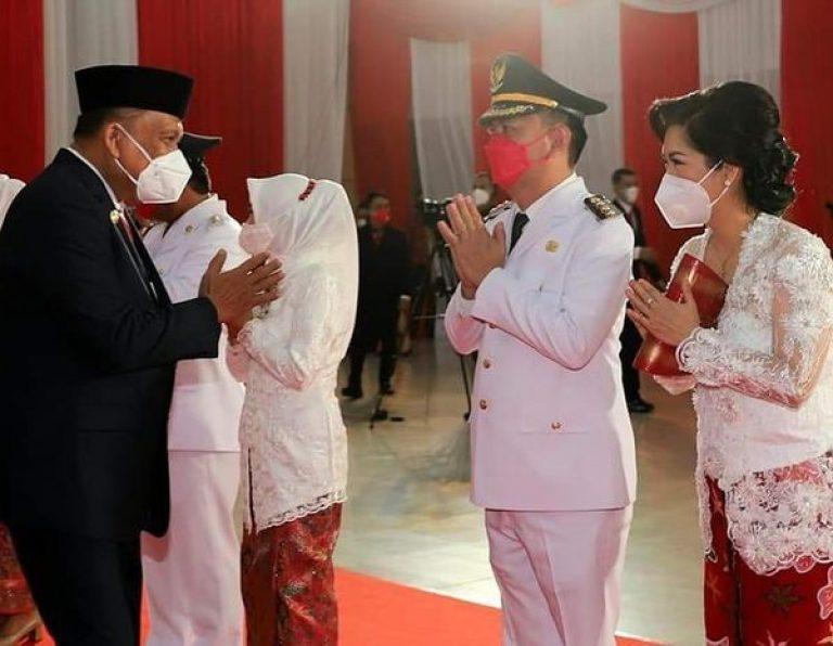 Gubernur Olly Dondokambey SE saat menyalami Walikota Caroll JA Senduk dan Istri