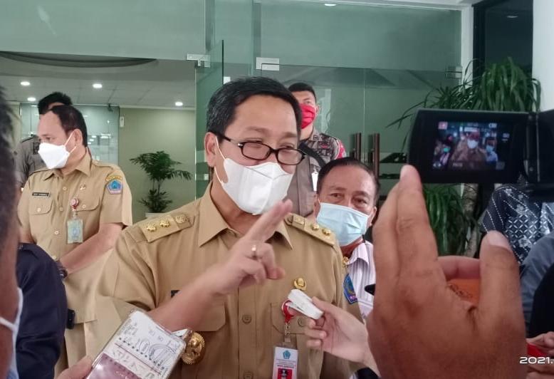 Wakil Gubernur Sulut Drs Steven OE Kandouw saat memberikan keterangan, Selasa (02/03/2021)
