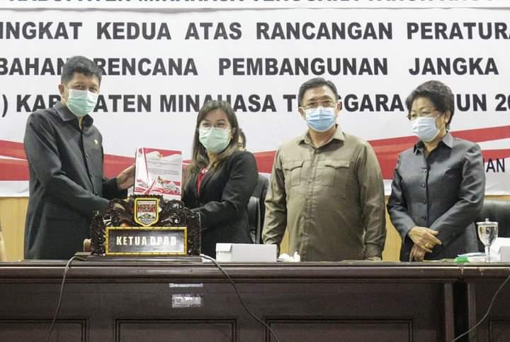 Penyerahan dokumen kepada Pemkab Mitra yang diterima Wakil Bupati Legi