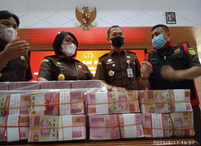 Kajati Sulut A. Dita Prawitaningsih SH MH saat melakukan Konferensi pers terkait pengembalian uang kerugian negara oleh Tersangka Vonnie Anneke Panambunan (VAP), Rabu (17/03/2021) sore. Foto: ferry